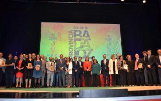 Foto conjunta de autoridades, integrantes de la Diputación de Badajoz, Medallas y premiados y premiadas.