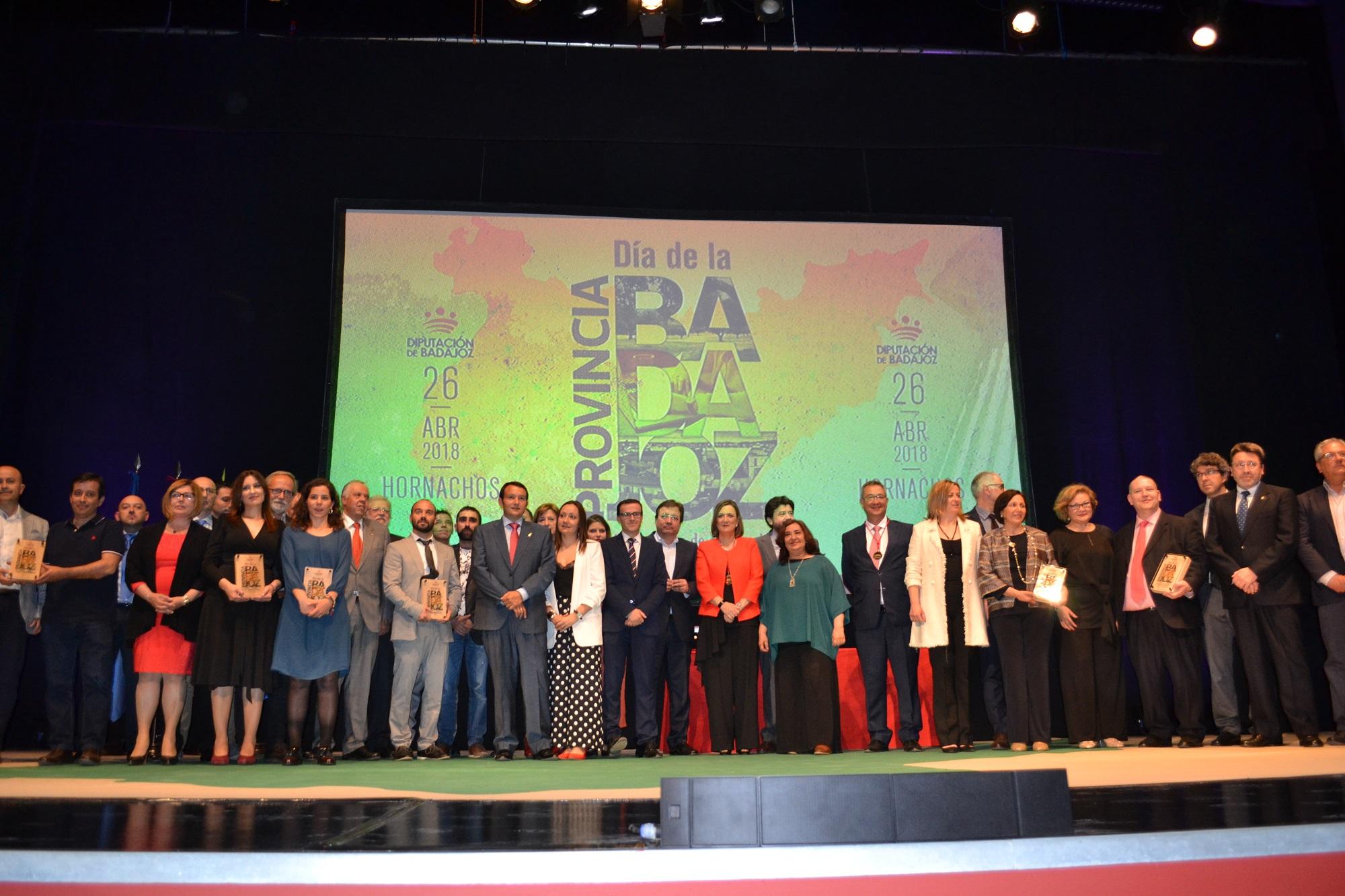 Rodríguez Ibarra, Inocencia Cabezas y Atanasio Naranjo, Medallas de Oro en el primer Día de la Provincia de Badajoz, celebrado en Hornachos
